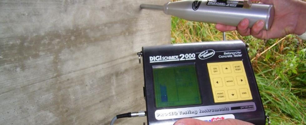 Messung der Betonfestigkeit mittels digitalem Rückprallhammer